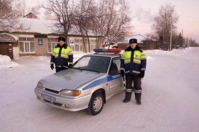 Патрульный автомобиль выехал на помощь замерзшей «скорой».