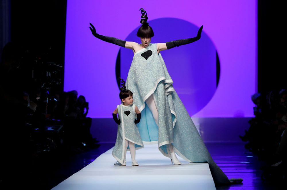 Модель Коко Роша и ее дочь во время показа французского дизайнера Жана-Поля Готье на Парижской неделе моды, Франция. 24 января 2018 года.