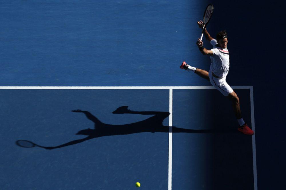 Швейцарский теннисист Роджер Федерер играет против Мартона Фучовича из Венгрии во время чемпионата Australian Open, Мельбурн. 22 января 2018 года.