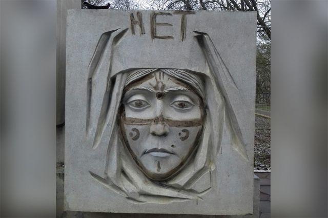 Вандалы осквернили монумент жертвам теракта 1996 года вКизляре