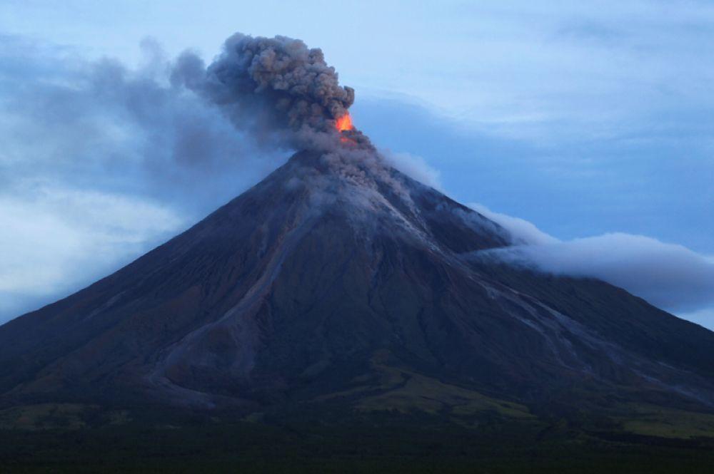 Извержение вулкана Майон к югу от Манилы, Филиппины. 25 января 2018 года.