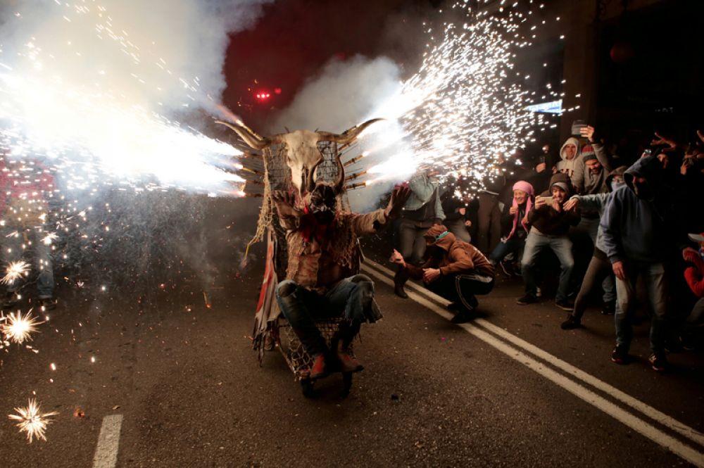 Мужчина в костюме дьявола во время фестиваля Коррефок (в переводе — бегущий огонь), Пальма-де-Майорка, Испания. 21 января 2018 года.