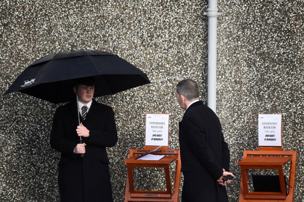 Книги для соболезнований выставлены около церкви святого Эльве в Баллибрикене, где проходят похороны вокалистки группы The Cranberries Долорес О'Риордан, Ирландия. 23 января 2018 года.