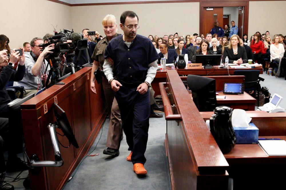 Бывший врач сборной США по спортивной гимнастике Ларри Нассар, приговоренный к 175 годам тюрьмы, в зале суда. Более 150 девушек обвинили медика в домогательствах и сексуальном насилии. 24 января 2018 года.