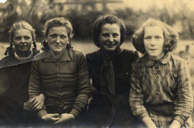 Тома (на фото третья слева) в детском доме, г. Пушкин.