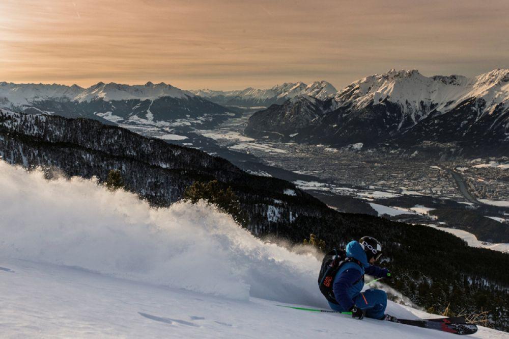 Лыжник над долиной Иннталь в Тульфесе, Австрия. 24 января 2018 года.