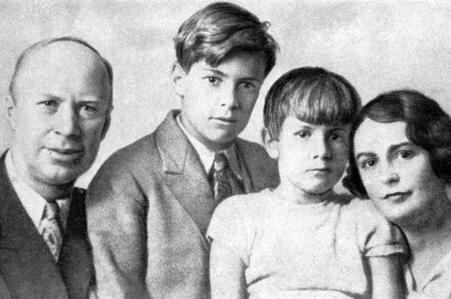 Сергей Прокофьев с женой Линой и сыновьями Олегом и Святославом. 1936 г.