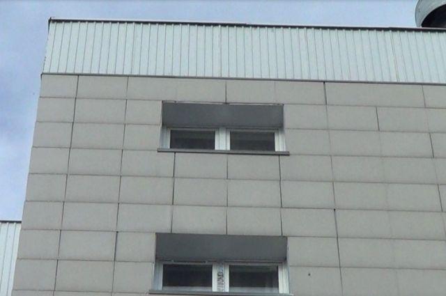 Женщина выпала изокна многоэтажки вПетрозаводске