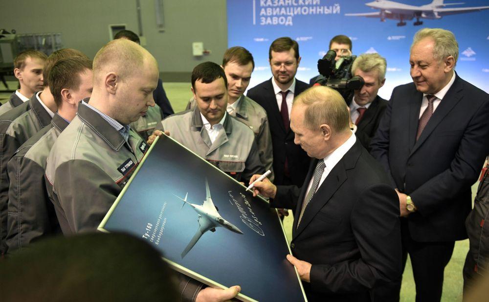 """Встреча с пилотами """"Белого лебедя"""". Президент поздравил экипаж с успешным проведением полёта."""