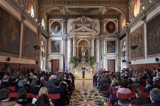 Скандальный закон обобразовании: Венецианская комиссия считает привилегией обучение на 2-х языках