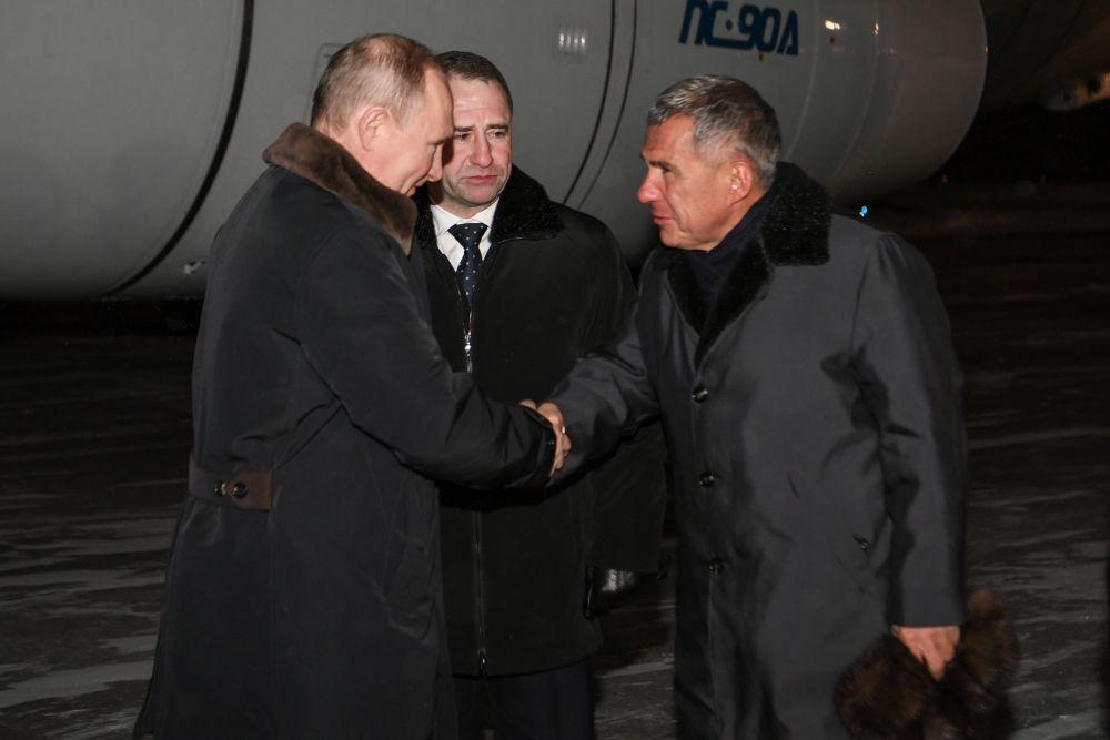 В Татарстан президент РФ прибыл вечером 24 января. В аэропорту его встретил президент РТ Рустам Минниханов.
