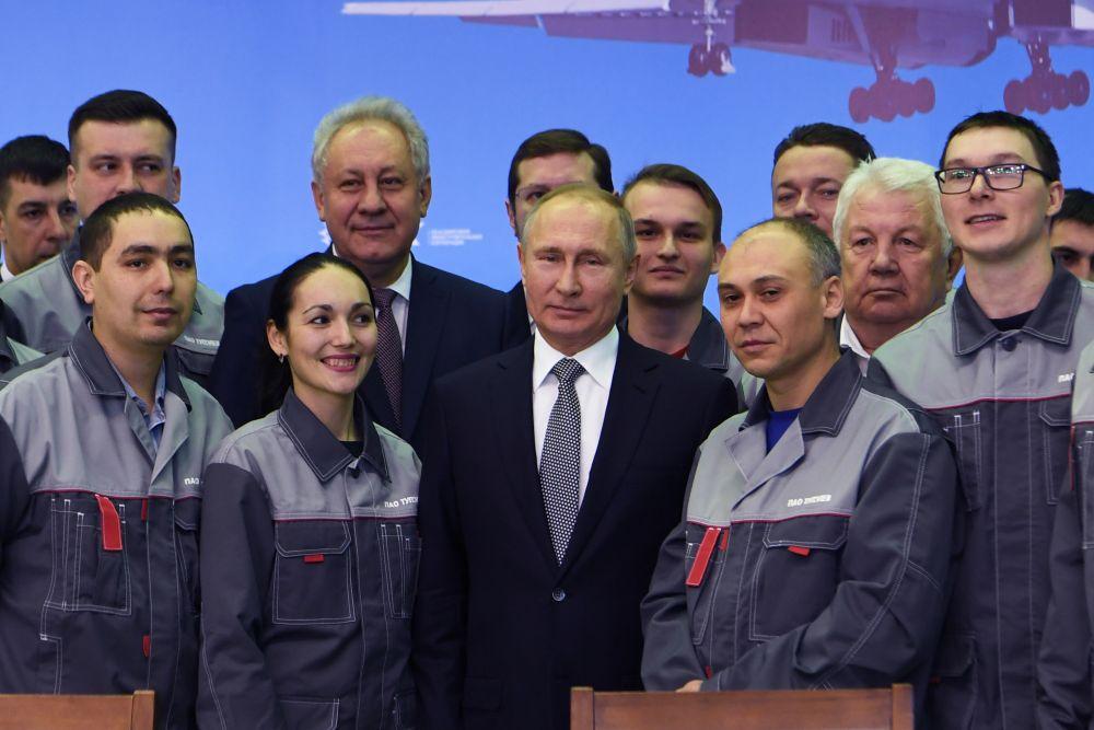 После глава страны пообщался с рабочими авиазавода. Позже в присутствии Владимира Путина на заводе состоялась церемония подписания государственного контракта между Министерством обороны и ПАО «Туполев» о поставках модернизированных Ту-160 для нужд Минобороны РФ