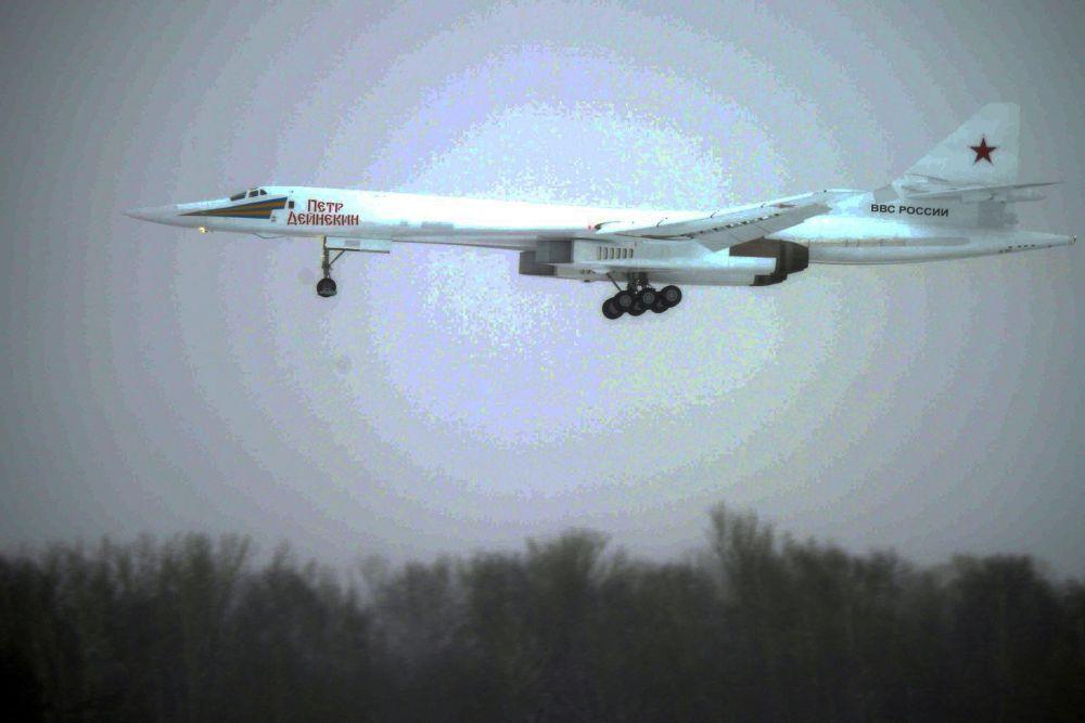 """""""Белый лебедь"""" был создан на КАЗе после 20-летнего перерыва. Демонстрационный полёт проходил на высоте 300 метров и длился около семи минут. Лётчики выполнили манёвры, позволяющие проверить устойчивость и управляемость самолёта в воздухе."""