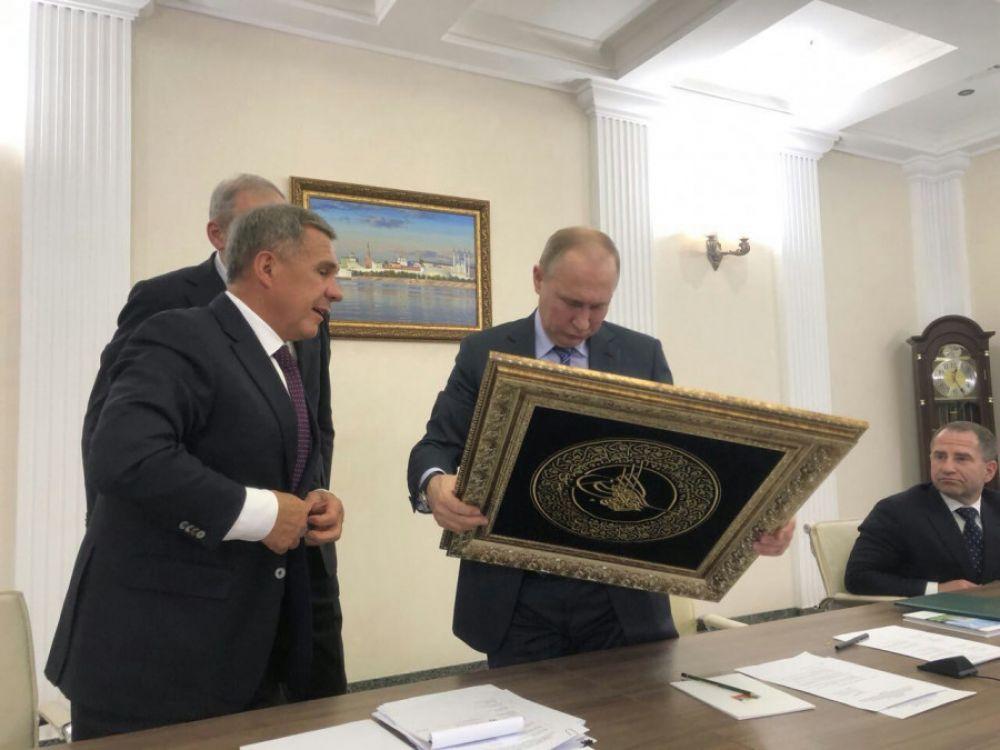 """В качестве подарка президент РТ преподнес Путину тугру - """"знак повелителя"""", написанный по-арабски."""