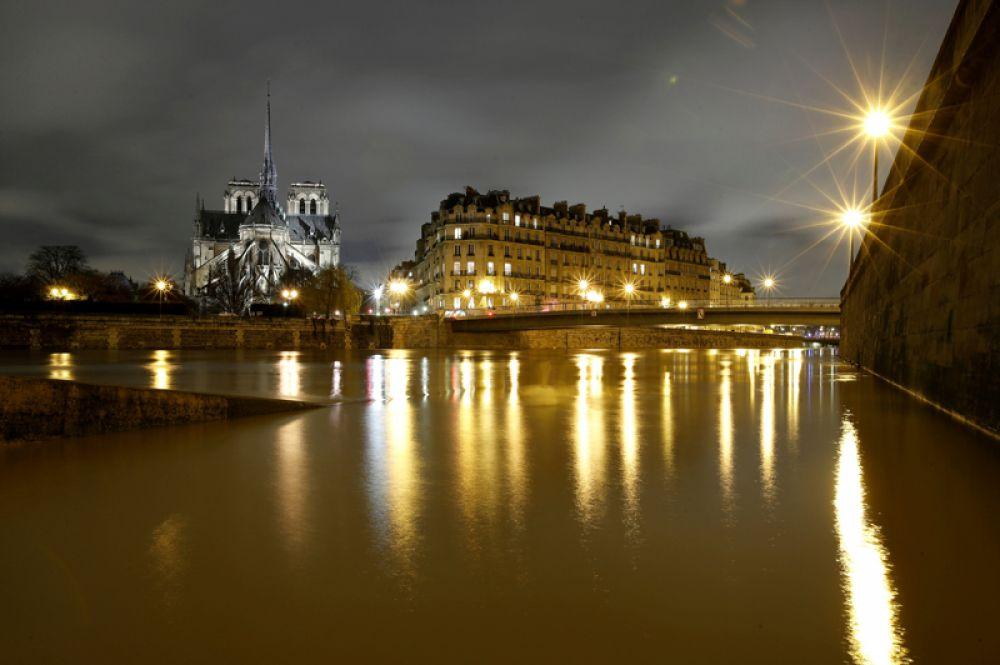 Вид на собор Нотр-Дам и затопленные берега реки Сены после нескольких дней проливных дождей, вызвавших наводнение во французской столице. 25 января 2018 года.
