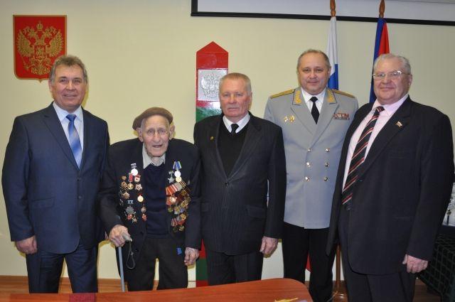 Ветерана поздравили представители регионального правительства и руководство пограничного управления