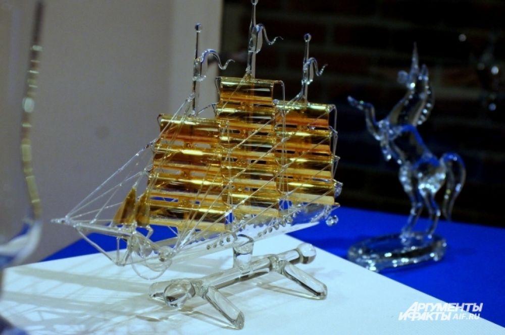 Парусники с завораживающими, резными парусами и тончайшими стеклянными нитями оснастки корабля обязательно привлекут внимание посетителей.