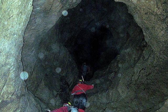 В Швейцарии освободили туристов, с воскресенья заблокированных в пещере