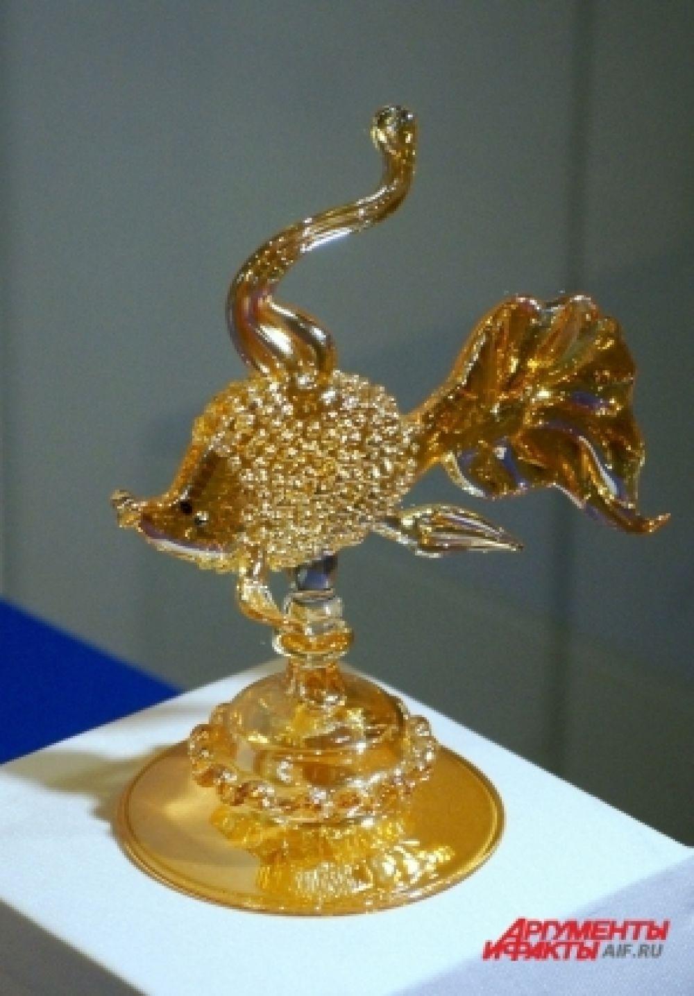 Золотая рыбка из стекла.