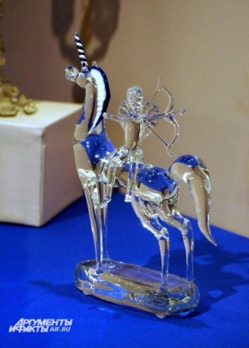 Есть на выставке и мифические существа, и скульптуры людей.