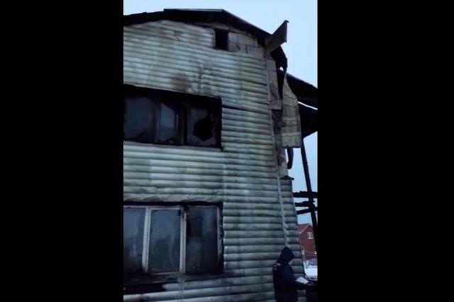 Следователи устанавливают причину пожара.