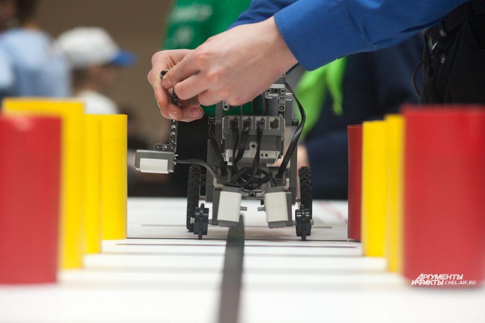 В зависимости от категории, в которой выступали конструкторы, их роботам предстояло выполнить различные задания.