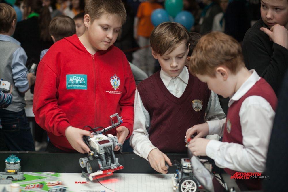 Юные робототехники выступают в командах.