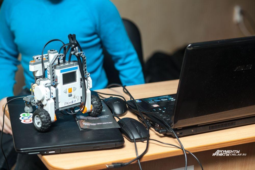 Перед соревнованиями роботам установили нужные программы.