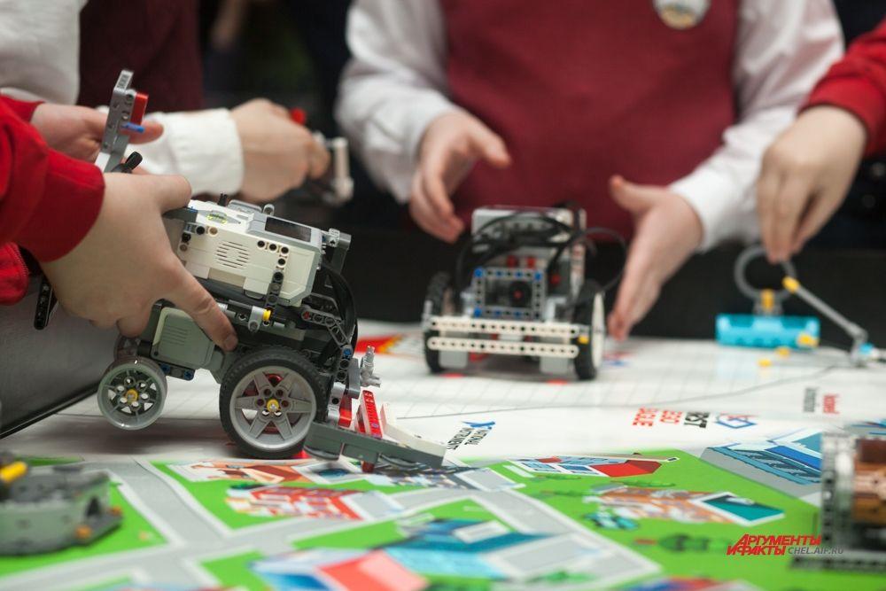 Роботы собраны из конструктора и программного блока.