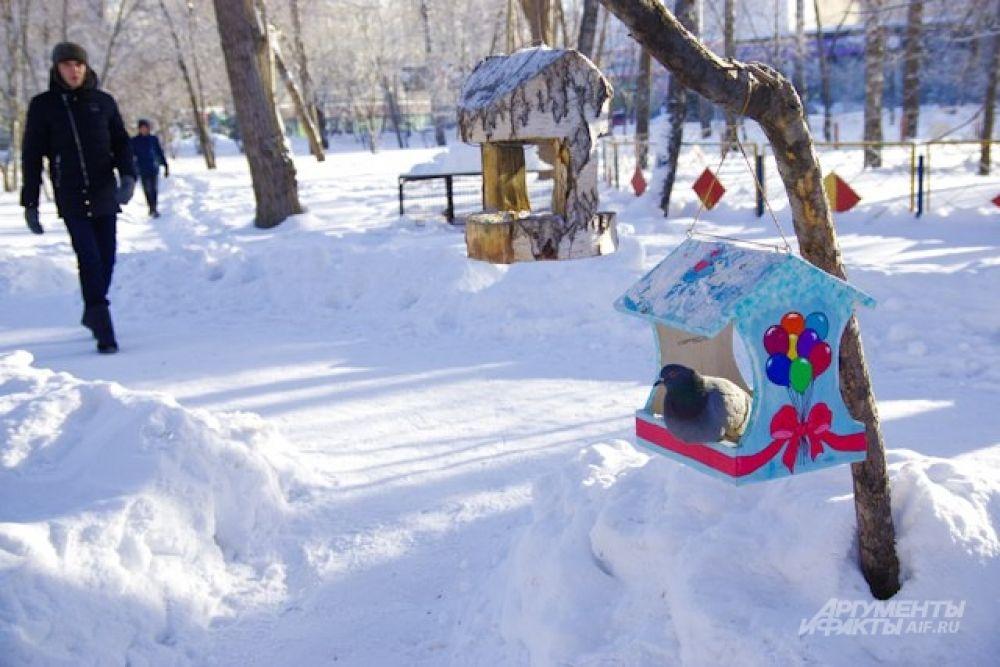 Орнитологи просят горожан подкармливать птиц зимой, особенно в холода. Сытым птицам мороз не так страшен.