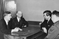 Председатель КГБ при Совете министров СССР Владимир Семичастный (1-й слева) принимает советских разведчиков Рудольфа Абеля (2-й слева) и Конана Молодого (2-й справа).