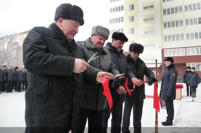 Ключи полицейским вручил глава региона Александр Карлин