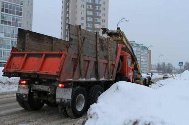 В областной столице дорожники и коммунальщики убирают снег.