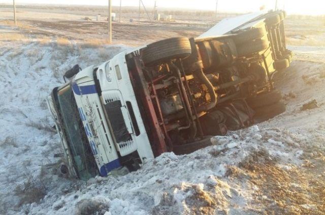 ДТП наподъезде кОренбургу: перевернулась фура