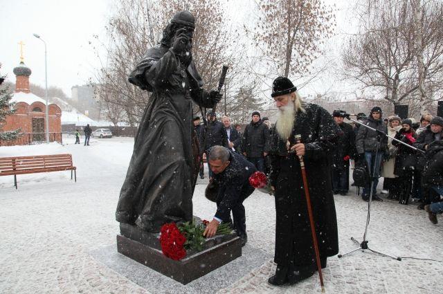 Ранее рядом с церковью появился памятник митрополиту Адриану.