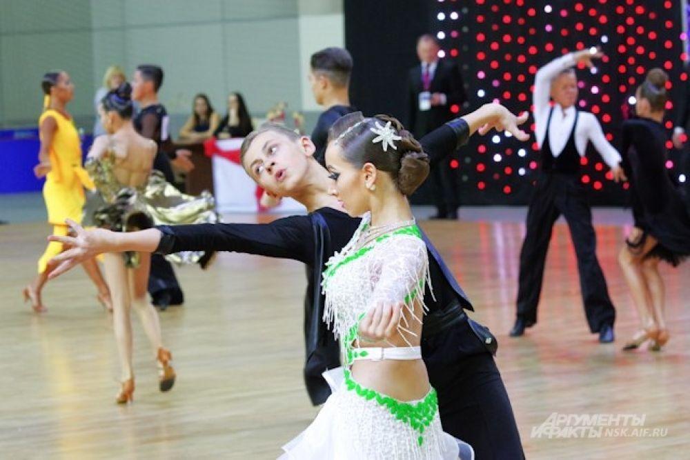 Всего в соревнованиях приняли участие более 1200 танцевальных пар.