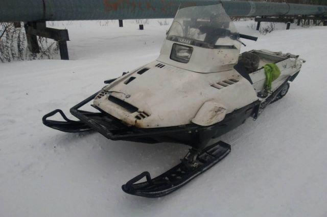 Трое друзей катались на одном снегоходе.