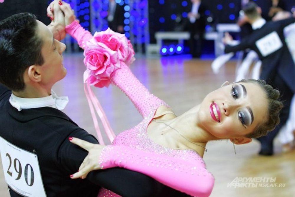 Танго и вальс сменяли латиноамериканские танцы с зажигательным ритмом.