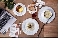 Есть прямо за рабочим столом неприлично, поэтому деловые люди отправляются на обед в различные заведения.