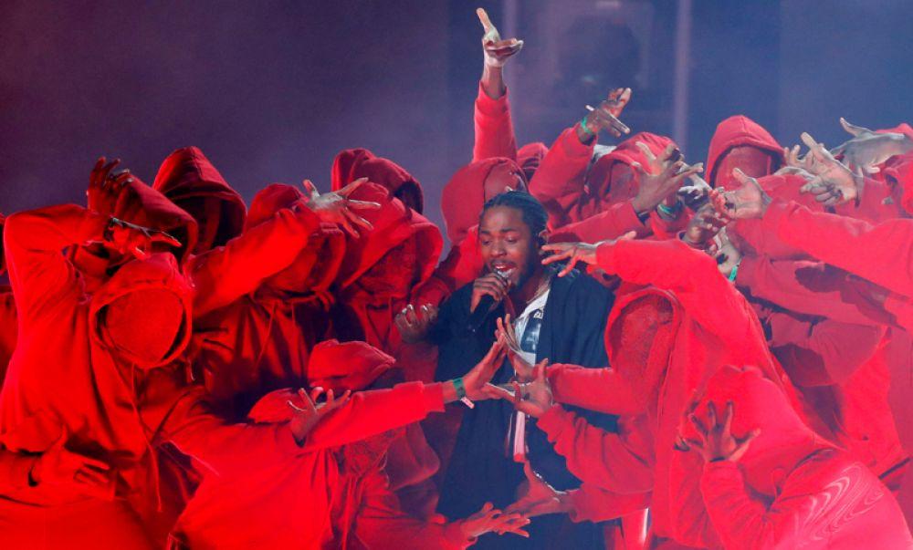 Кендрик Ламар выступает на церемонии вручения «Грэмми».