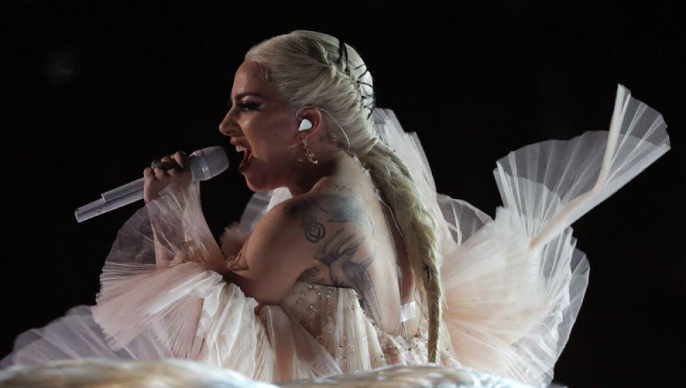 Леди Гага выступает на церемонии вручения «Грэмми».