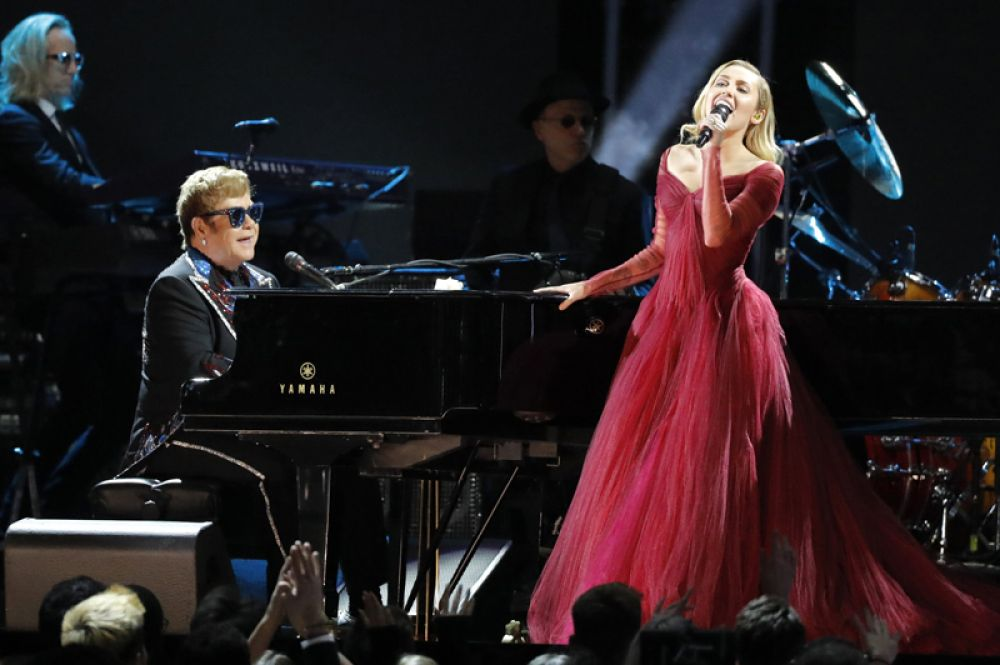 Элтон Джон и Майли Сайрус выступают на церемонии вручения «Грэмми».