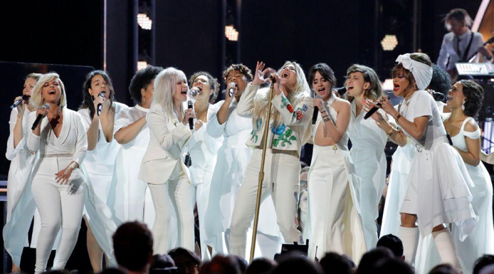 Певица Кеша выступает на церемонии вручения «Грэмми».