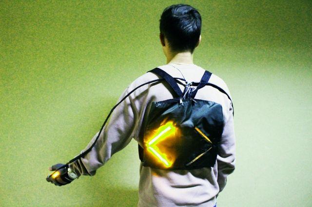 Одиннадцатиклассник Максим Нестерев вшил в ранец специальное устройство, с помощью которого велосипедисты смогут подавать сигнал о повороте.