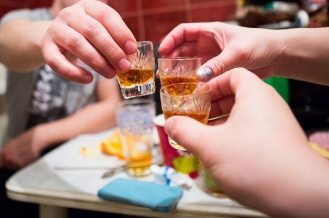 Родительница периодические привлекала к совместному распитию спиртных напитков свою несовершеннолетнюю дочь.