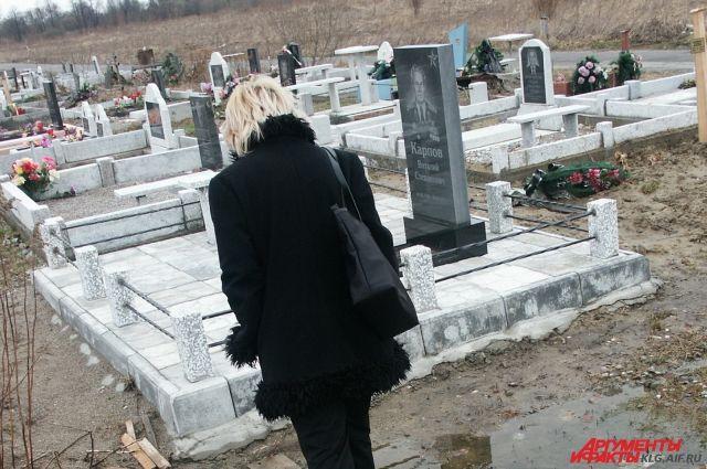 На кладбище под Светлым на двухлетнего ребенка упала надгробная плита.
