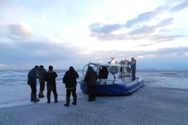 Спасатели благополучно эвакуировали рыбаков.