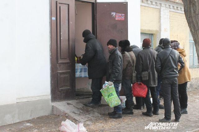 К часу дня на Маршала Жукова возле Трапезной милосердия (под стенами Успенского монастыря) собираются разные люди.
