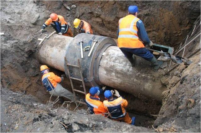 Специалисты устраняют аварию.