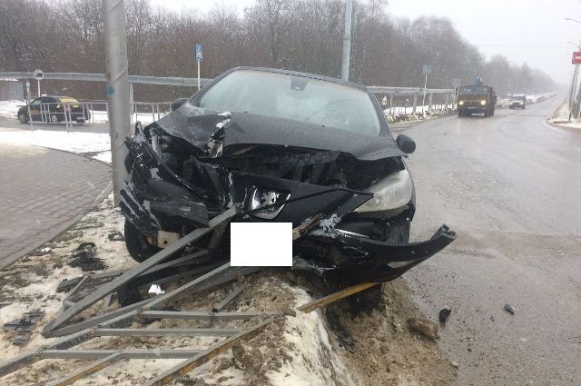 Нетрезвый ибесправный шофёр «Пежо» снес ограждение надороге вСтаврополе